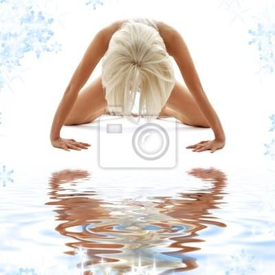 image classique de style artistique de la nudité de la femme sur le sable blanc