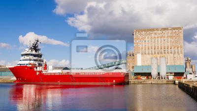 Image couleur horizontale de cargo dans les docks d'Edimbourg.