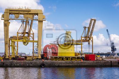 Image couleur horizontale de la machinerie lourde dans les docks.