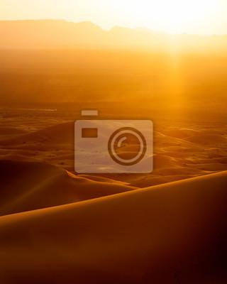 Image de coucher de soleil et la voiture pour excès de vitesse des dunes de sable au Maroc