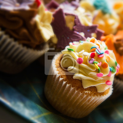 Image horizontale de couleur de petits gâteaux sur une plaque