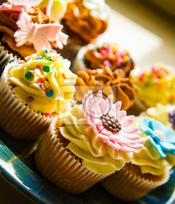 Image verticale de couleur de petits gâteaux sur une plaque