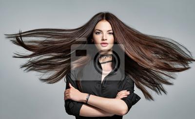 Posters Jeune femme aux cheveux long et droit
