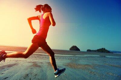 Posters jeune femme courir sur la plage le lever du soleil