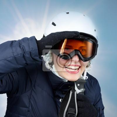 Jeune femme de ski à la recherche pour le plaisir des sports d'hiver