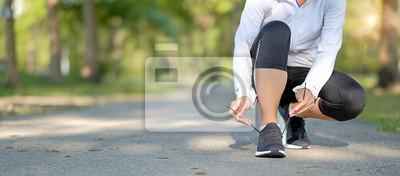 Posters jeune femme fitness jambes marchant dans le parc en plein air, coureur féminin courir sur la route à l'extérieur, athlète asiatique jogging et exercice sur sentier au soleil matin. Concepts de sport,