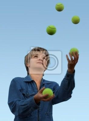 jeune femme jongle avec des balles de tennis