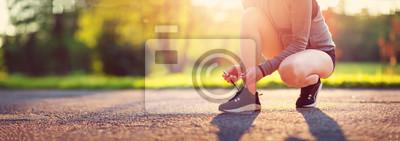 Posters Jeune femme qui court dans le parc. Personne active en plein air au crépuscule en été