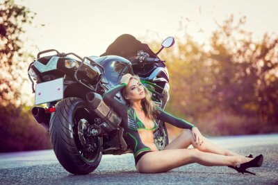 Posters jeune fille assise près de vélo, l'art corporel