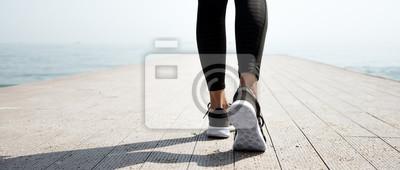 Posters Jeune jeune fille sportive se préparant à courir