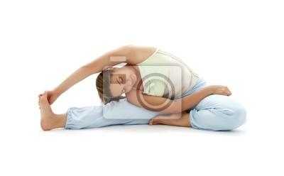 jolie fille à pratiquer le yoga ashtanga sur blanc