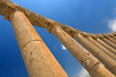 Posters Jordanie. Jerash (la ville antique romaine de Geraza). Fragment de la colonnade du Forum avec chapiteaux en ordre ionique