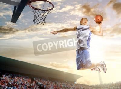 Posters joueur de basket-ball en action sur fond de ciel et de la foule