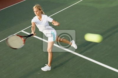 joueur de tennis frappant la balle de tennis avec coup droit