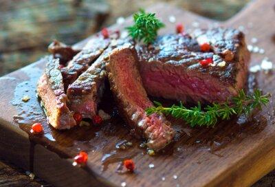 Posters Juicy steak avec des herbes fraîches