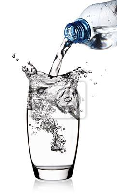L'eau versée dans le verre avec dosseret