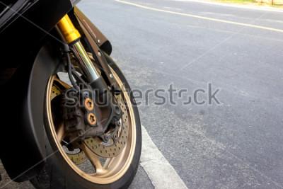Posters L'étrier de roue avant et le frein à disque abs de la moto restent sur la route