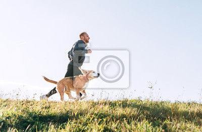 Posters L'homme court avec son chien Beagle. Exercice du matin Canicross.