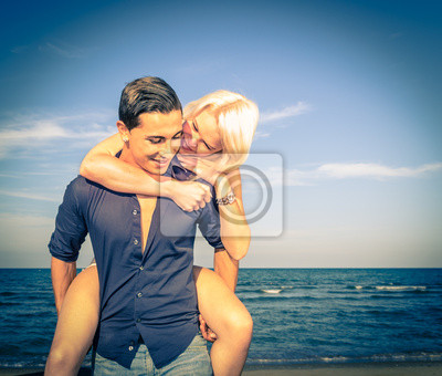 l'homme et la femme en s'amusant sur la plage