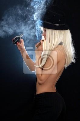 la fille de cabaret avec le cigare et à la grenade