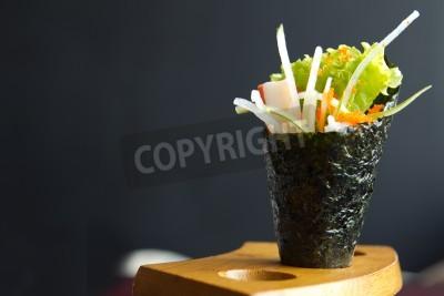 Posters La nourriture japonaise, Californie rouleau de prise de main dans un dispositif en bois
