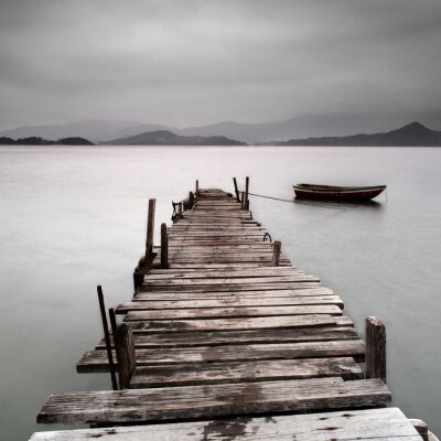 Posters La recherche sur un quai et un bateau, faible saturation