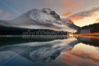 Posters Lac de montagne et sentier de feux de circulation avec reflet et brouillard au coucher du soleil dans le parc national Banff, Canada.