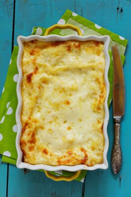 Posters Lasagne avec du poulet et des champignons. Vue d'en haut.