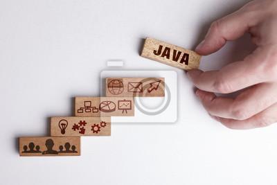 Posters Le concept de technologie, Internet et le réseau. L'homme d'affaires montre un modèle de travail pratique: Java