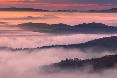 Posters Le paysage du matin dans une ambiance brumeuse de montagne