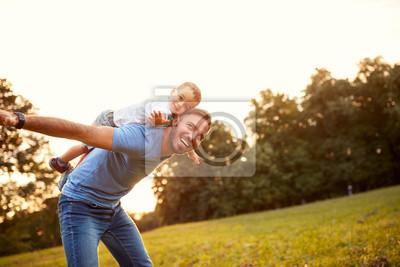 Posters Le père embrasse son fils à l'extérieur