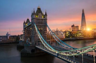 Posters Le pont de la tour de Londres au coucher du soleil lors d'une soirée d'été ensoleillée - filmé contre le ciel bleu clair et le soleil éclatant