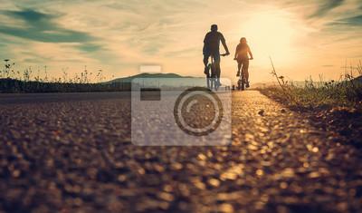 Posters Les cyclistes sont sur la route du coucher du soleil
