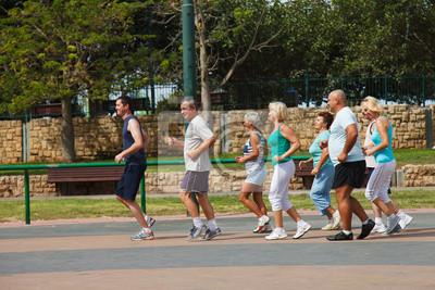 Les gens actifs matures avec Fitness Trainer