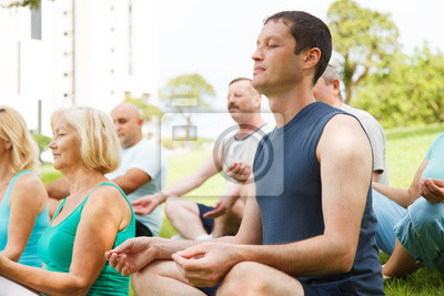 Les gens d'âge mûr avec le yoga formateur