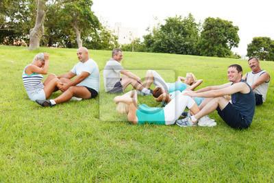 Les gens faisant des exercices