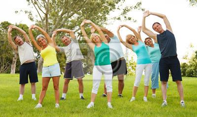 Les gens qui font des exercices de flexibilité