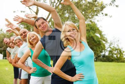 Les gens qui font la flexibilité exercises.Focus sur le premier plan.