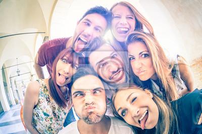 Posters Les meilleurs amis ayant plein air fun et prenant selfie