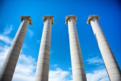 Posters Les quatre colonnes sous un ciel bleu en Catalogne