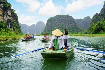 Posters Les touristes dans les bateaux. Rameurs à l'aide de pieds pour propulser rames, Vietnam