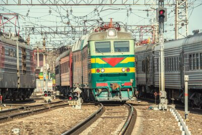 Posters Les trains de voyageurs se déplacent sur la station au moment de la journée.