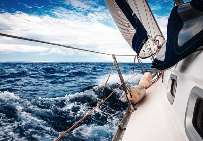 Posters Les voiles blanches des yachts sur le fond de la mer et du ciel dans les nuages