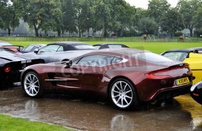 Posters LONDRES - Septembre 04: Une Aston Martin One-77 au Chelsea Auto Legends, le 4 Septembre 2011 à Londres. L'Aston Martin One-77 sera produite à seulement 77 unités.