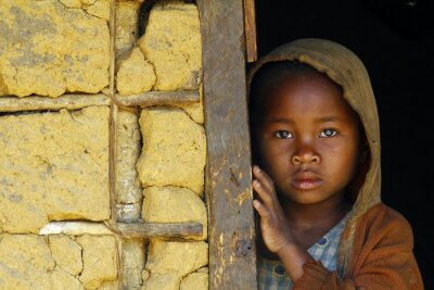 Posters Madagascar-timide et pauvre fille africaine avec foulard