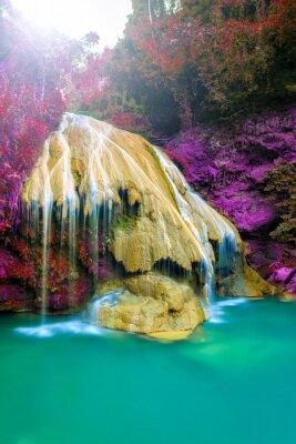 Posters magnifique chute d'eau avec arbre coloré en thailande
