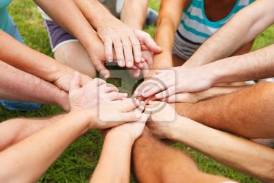 Mains de l'homme montrant l'unité