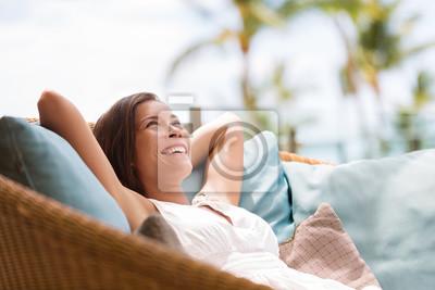 Posters Maison, style de vie, femme, délassant, apprécier, luxe, sofa, patio, meubles, extérieur, patio, salon. Heureuse dame couchée sur des oreillers confortables rêverie rêver. Belle jeune fille chinoise a