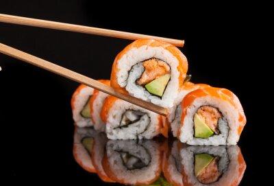 Posters Maki sushi servi sur fond noir