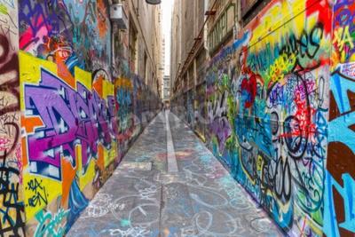 Posters MELBOURNE, AUSTRALIE - 16 mars 2015: graffitis colorés dans une ruelle étroite du centre-ville.